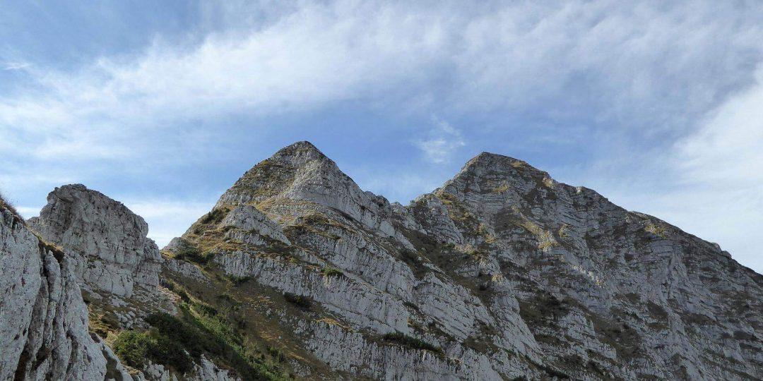 Die zwei längeren Kletterpassagen mit der Gratpassage dazwischen.