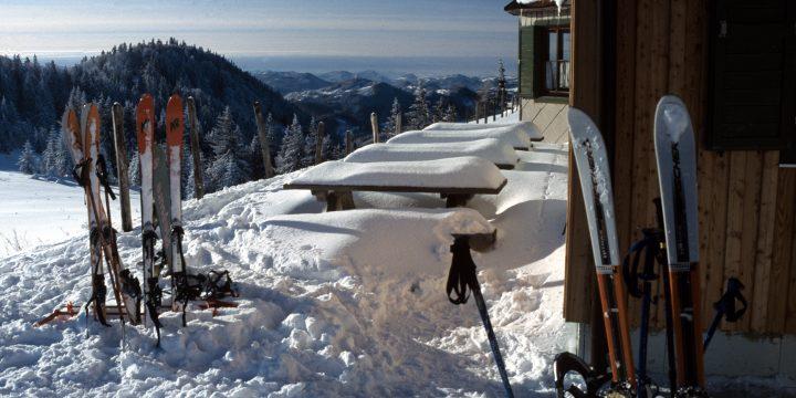 Vor der Julius-Seitner-Hütte, Blick nach Westen. Foto: Alpenverein Edelweiss
