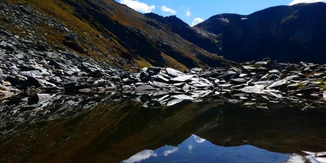 Der kleine See im Anstieg zur Hütte - man sieht den Winterraum (Hütte) der Hagener Hütte. Foto: Karl Plohovich