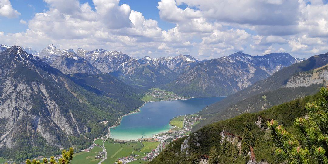 Blick vom Gipfel auf Karwendel und Achensee. Foto: Konrad Gwiggner