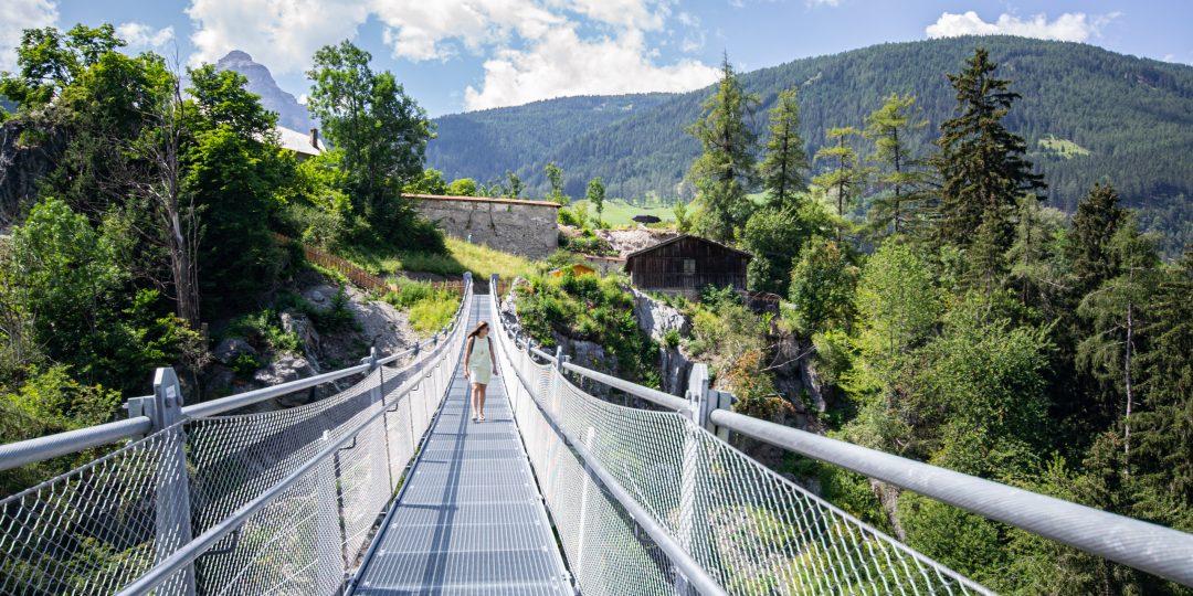 Hängebrücke zum Schloss Matrei Trautsohn. Foto &copy Tourismusverband Wipptal